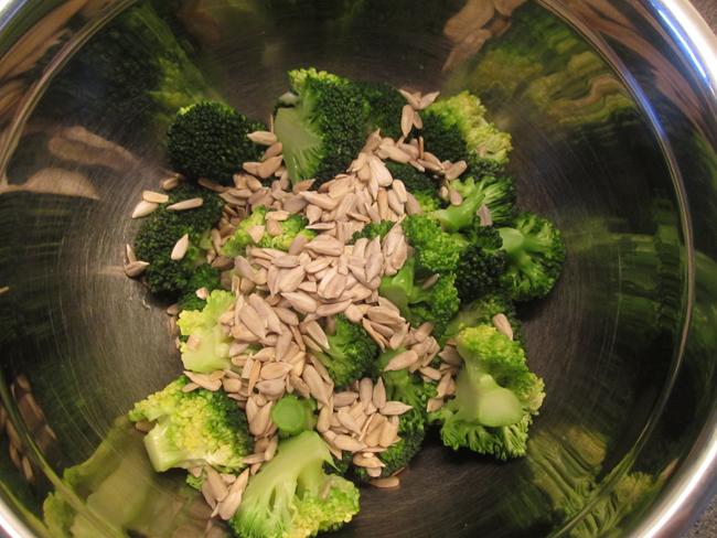 solsikke kerner i broccolisalat